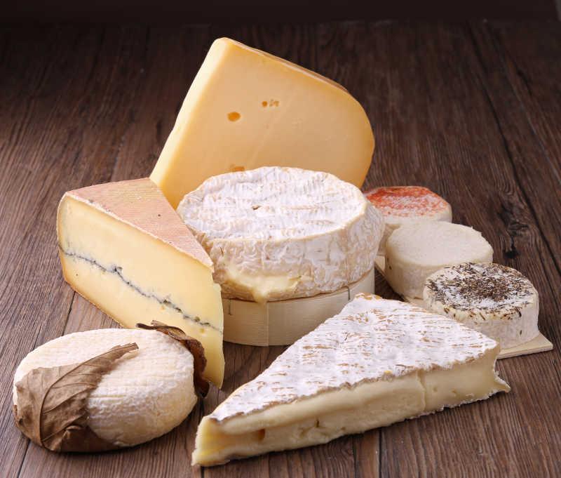 桌子上各种美味的乳酪