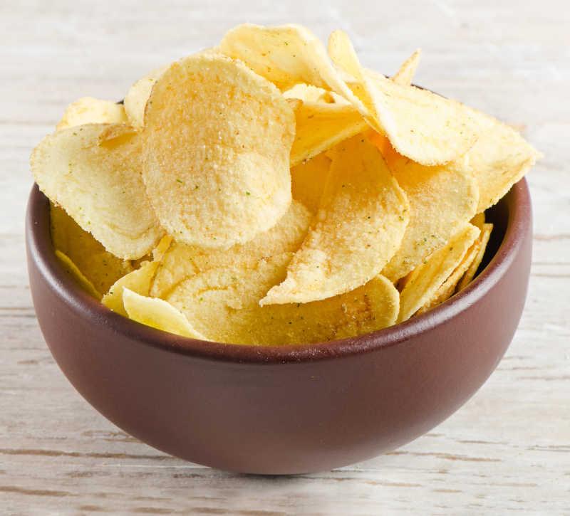 棕色大碗里的薯片