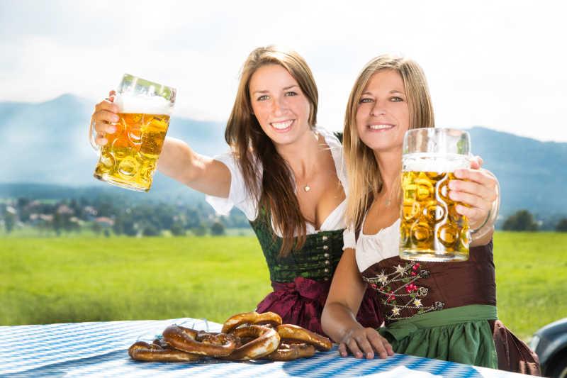 户外野餐的两个女孩