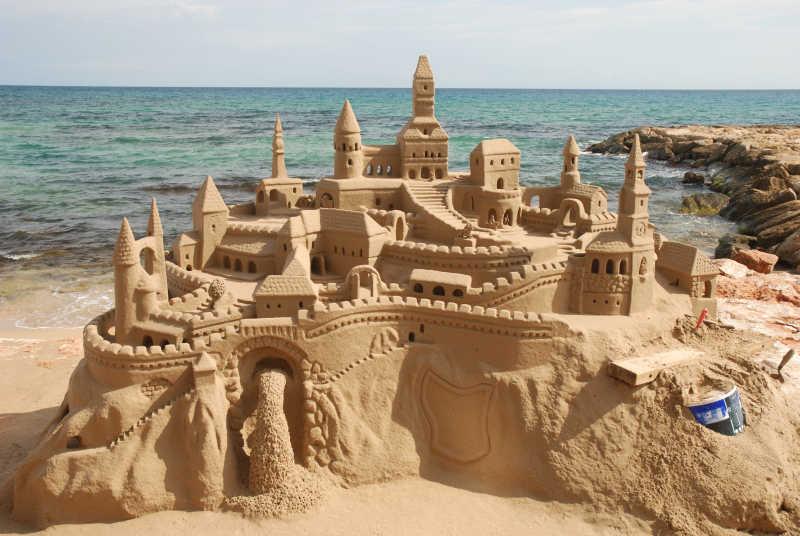 海滩上的宏伟的沙堡