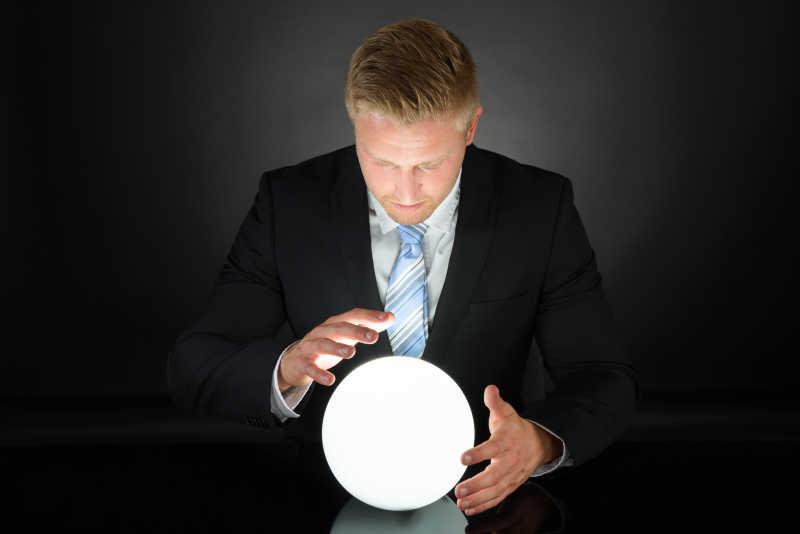 男子在用手控制发光的球