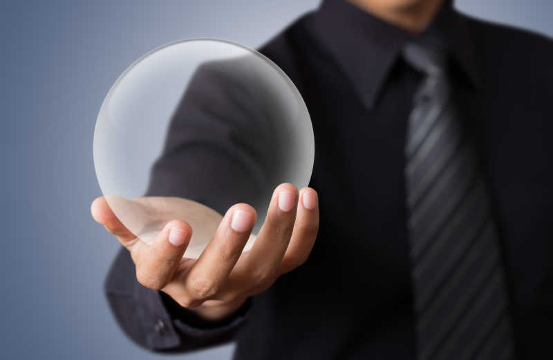 男子手拿透明玻璃球