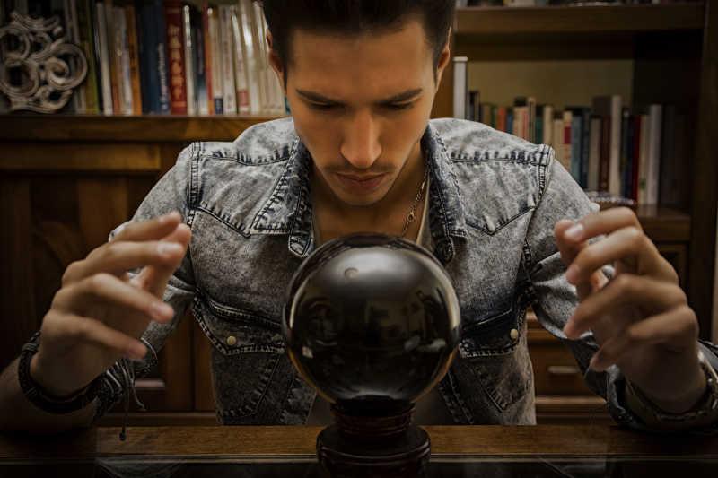 英俊青年使用黑水晶球预测未来