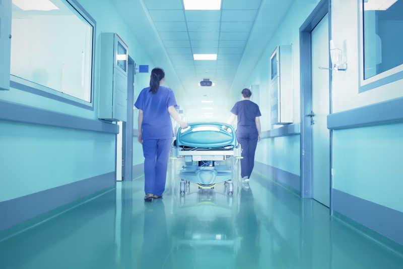 医院走廊尽头的明亮灯光