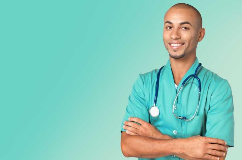 欧美病人和大夫16p_年轻男性患者与咨询师交谈图片-年轻男性患者在急诊室与咨询师 ...