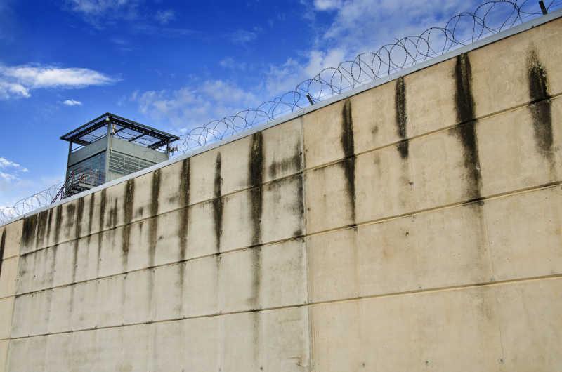 监狱墙和多云的天空