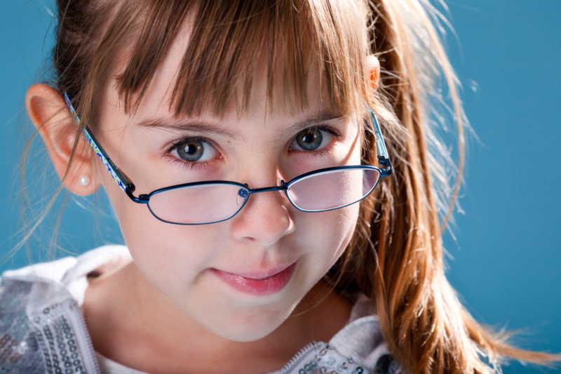 美丽的戴眼镜的小女孩
