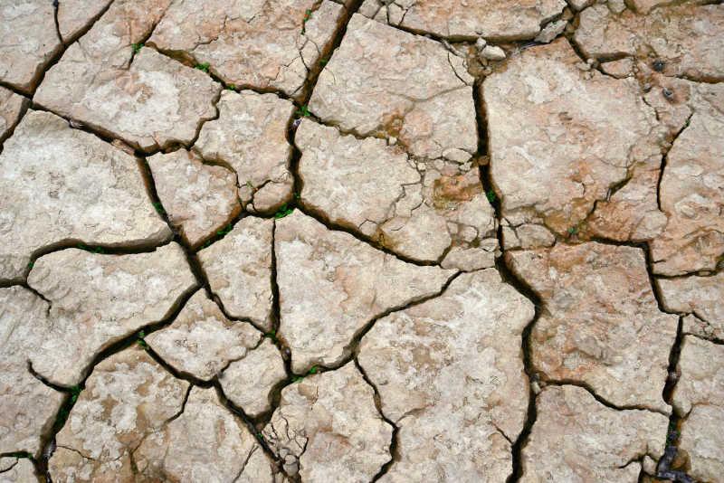 土黄色的因干旱而开裂的土地