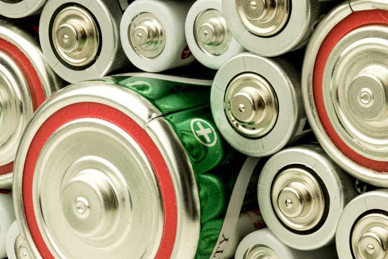 大小不一的电池堆在一起