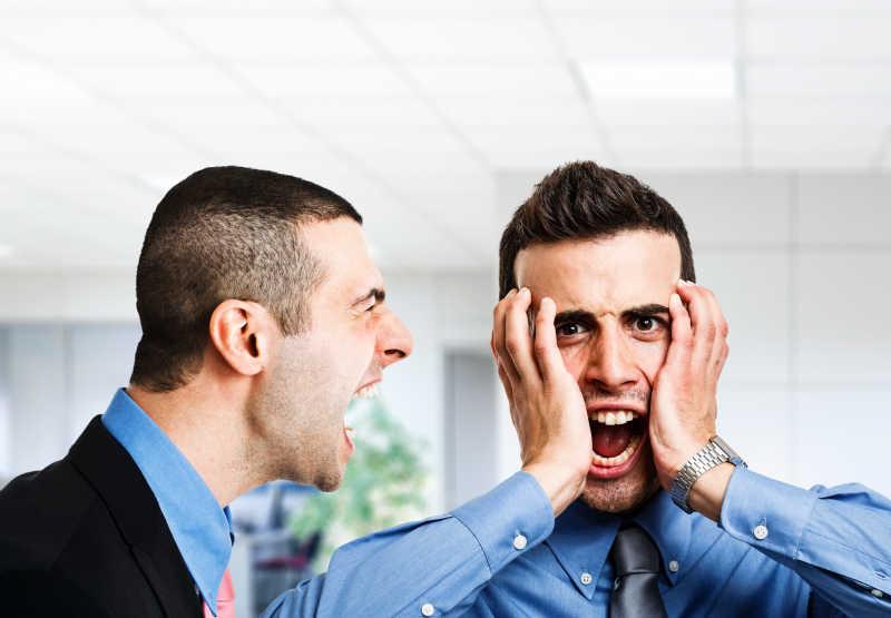 老板对着员工大吼大叫