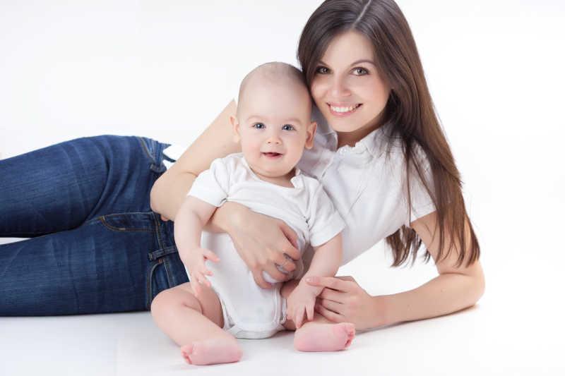 白色背景上可爱的妈妈与宝宝