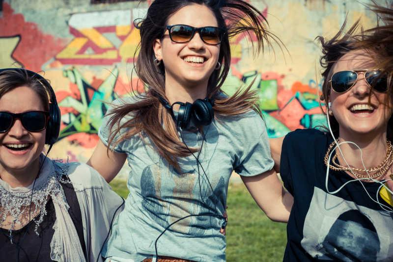 听音乐的三个朋友