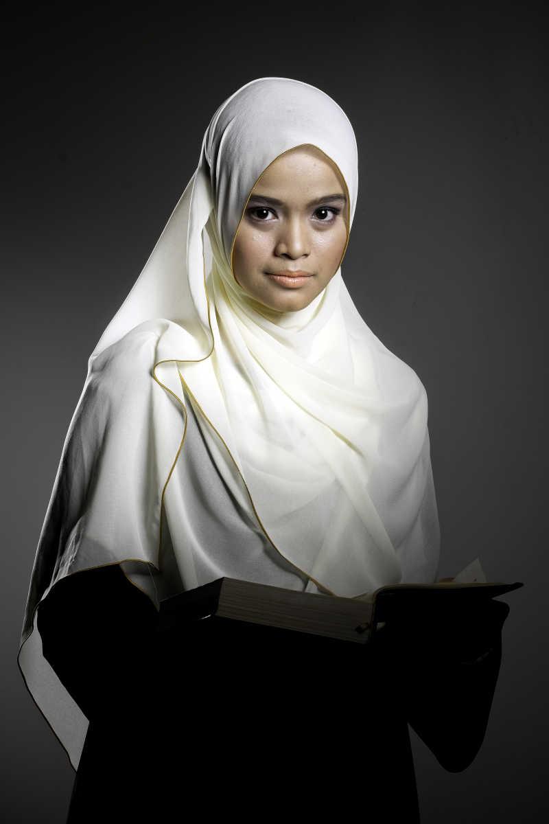 深灰色背景上的穆斯林妇女