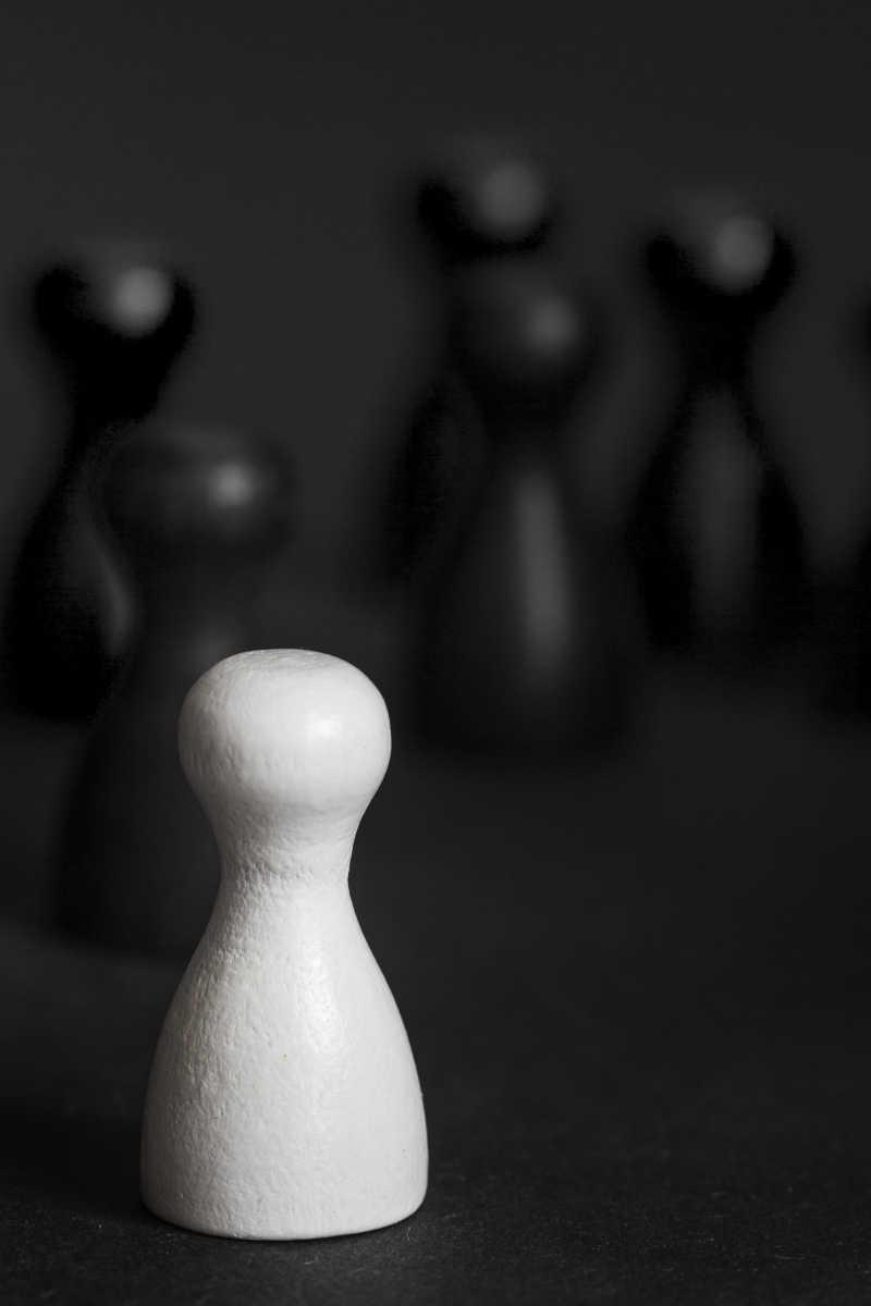 黑色和白色游戏雕像