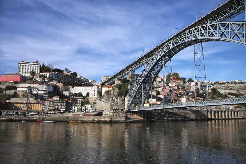 蓝天白云下跨过河的桥和古老的建筑