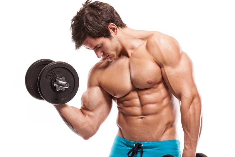 健美男子用哑铃锻炼完美的半身身材