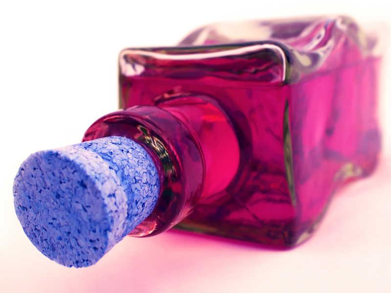 装有液体的软木塞玻璃瓶特写