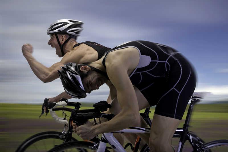 在冲刺的自行车比赛选手