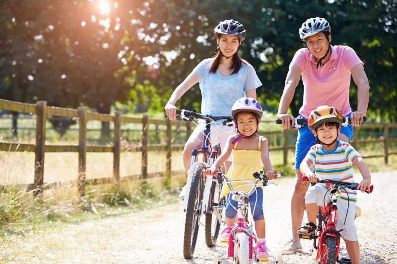 在户外骑自行车的幸福家庭