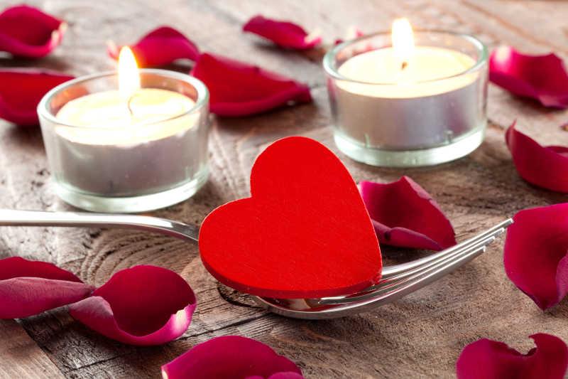 浪漫的情人节摆设蜡烛玫瑰和爱心