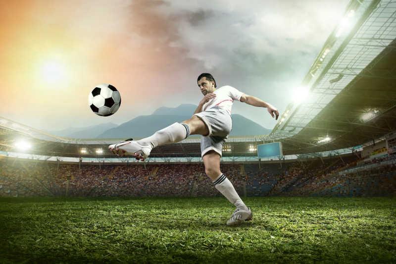 正在足球场上踢足球的足球运动员