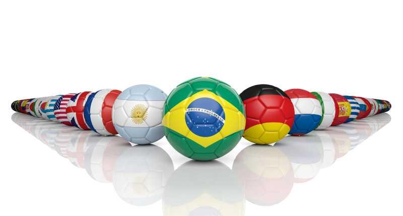 白色背景上整齐摆放着印有国旗的足球