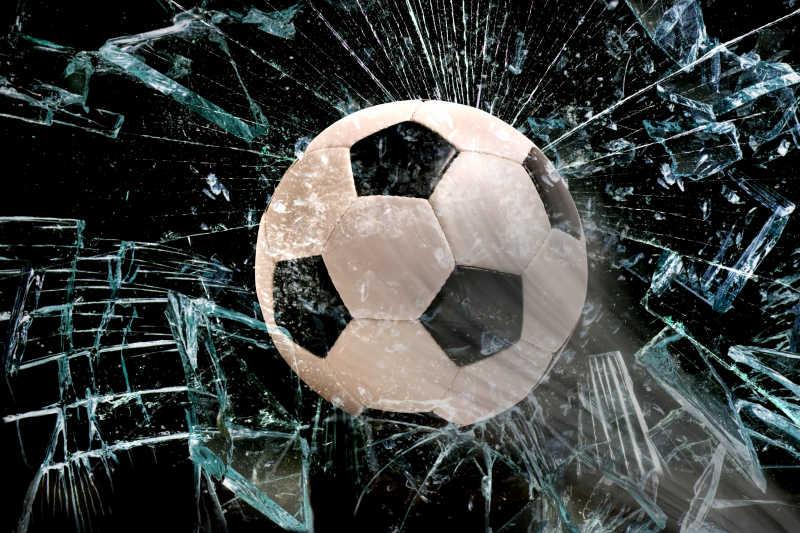 碎玻璃中间的足球特写