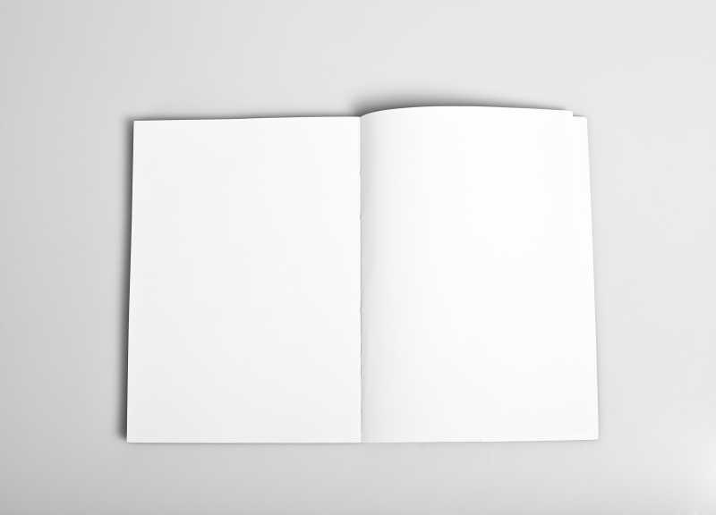 白色背景下杂志打开的白色页面