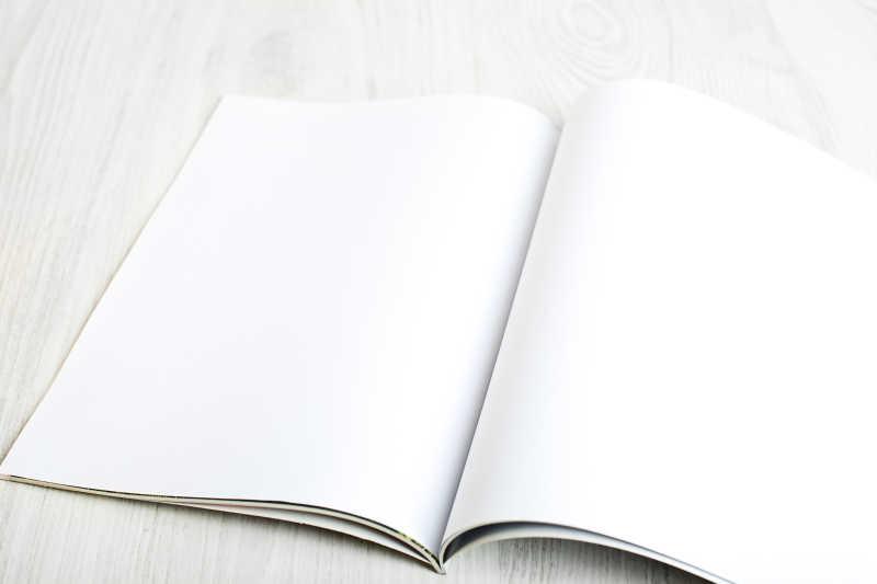 白色桌面上打开的白色页面