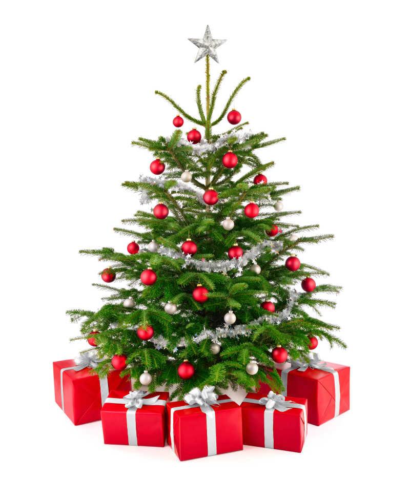 装饰球装饰好的圣诞树与礼物盒