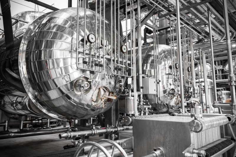 工厂里银灰色的不锈钢储存容器