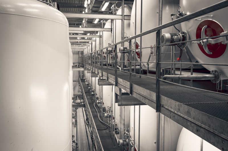 工厂里的银灰色的大型容器设备