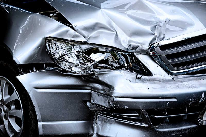 汽车碰撞后的惨状