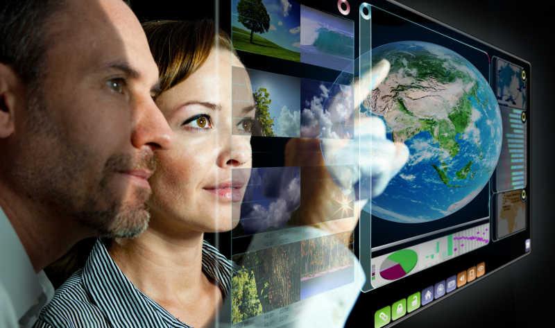 男工程师和女工程师在看电脑显示屏