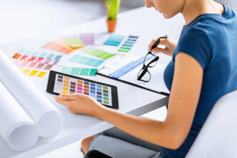 用彩色样品进行挑选的女设计师