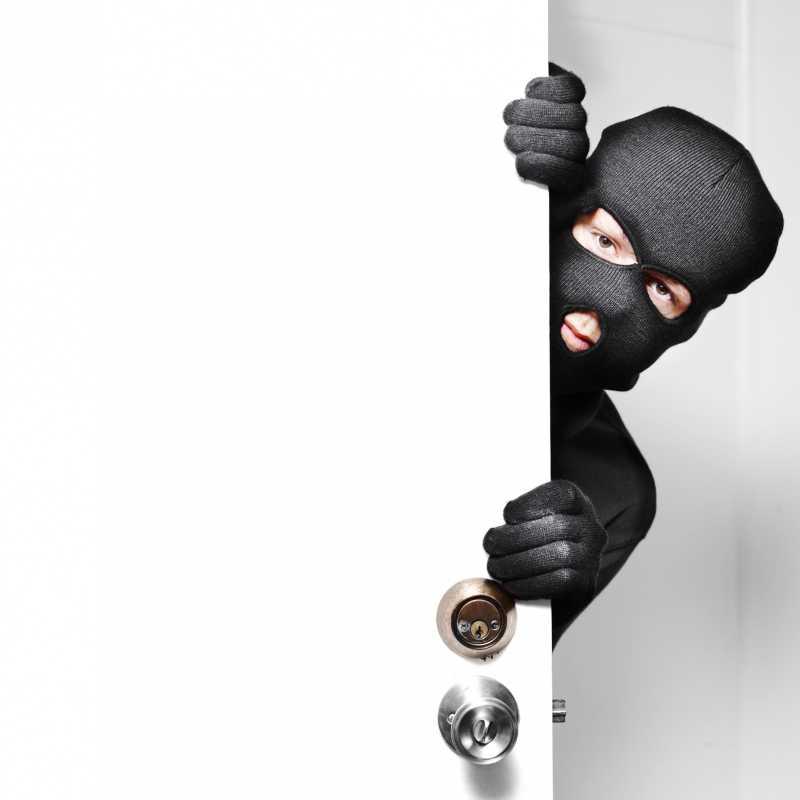 蒙面小偷打开了保险门