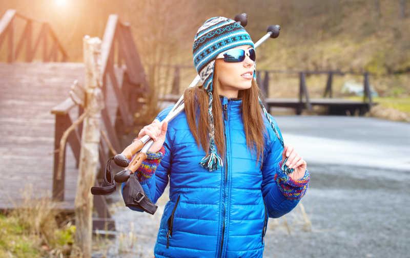 穿冬装的带帽子的美女