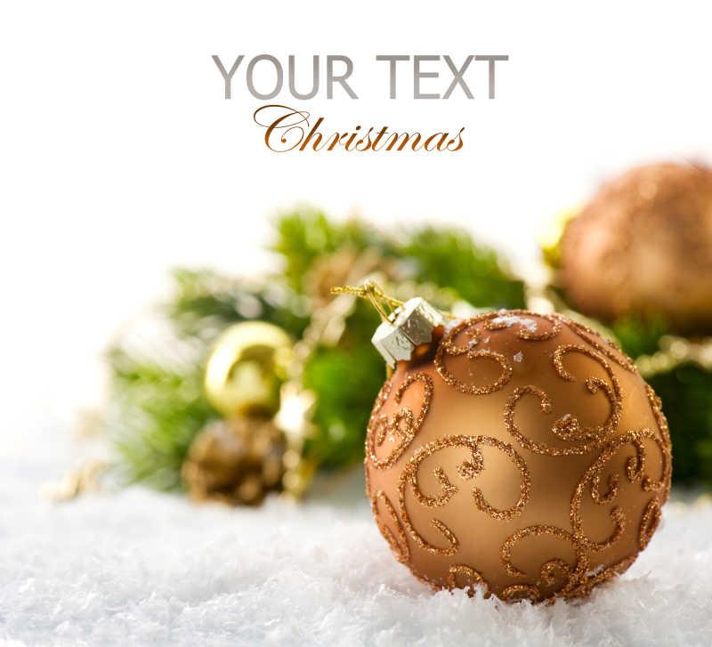 放在白色毛毯上的圣诞装饰