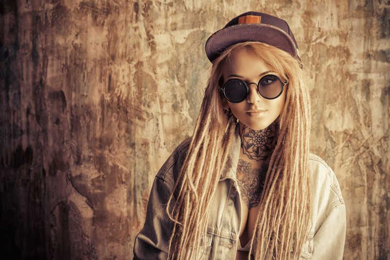 金发头发的时髦女孩