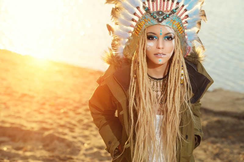 一个戴印第安印第安头饰的漂亮女孩