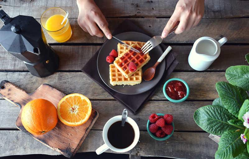 美味的华夫饼和咖啡橙汁