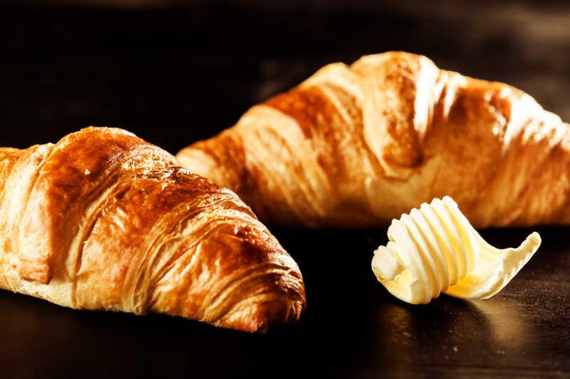 黄油和桌上牛角包面包