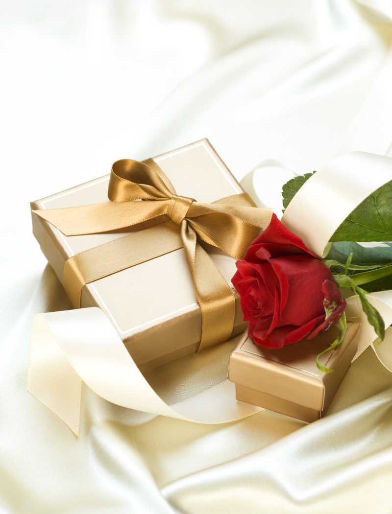 金色礼品盒和红色玫瑰花