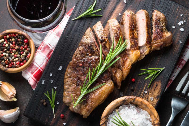 砧板上的烤肉和香料