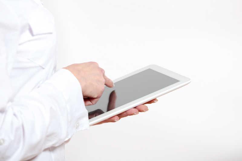 一只手拿着平板电脑一只手操作
