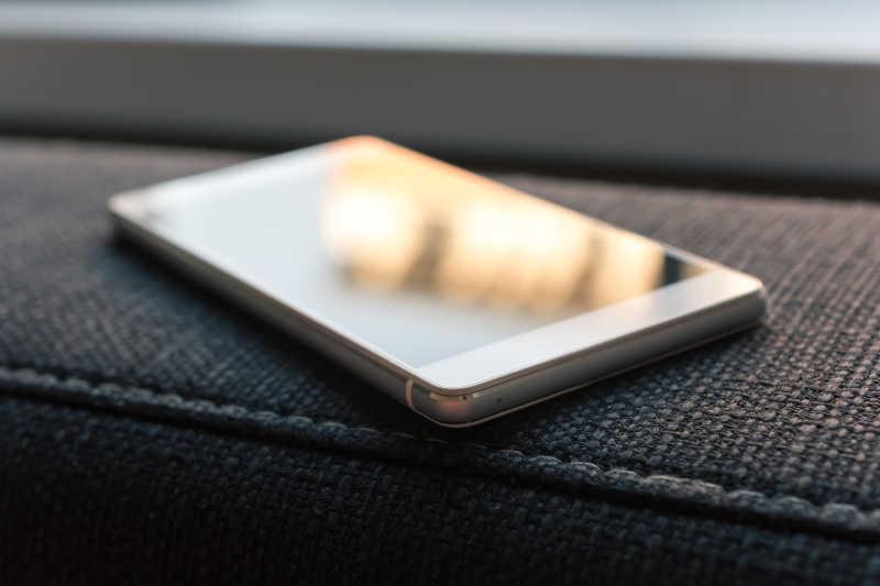在沙发上摆放的智能手机