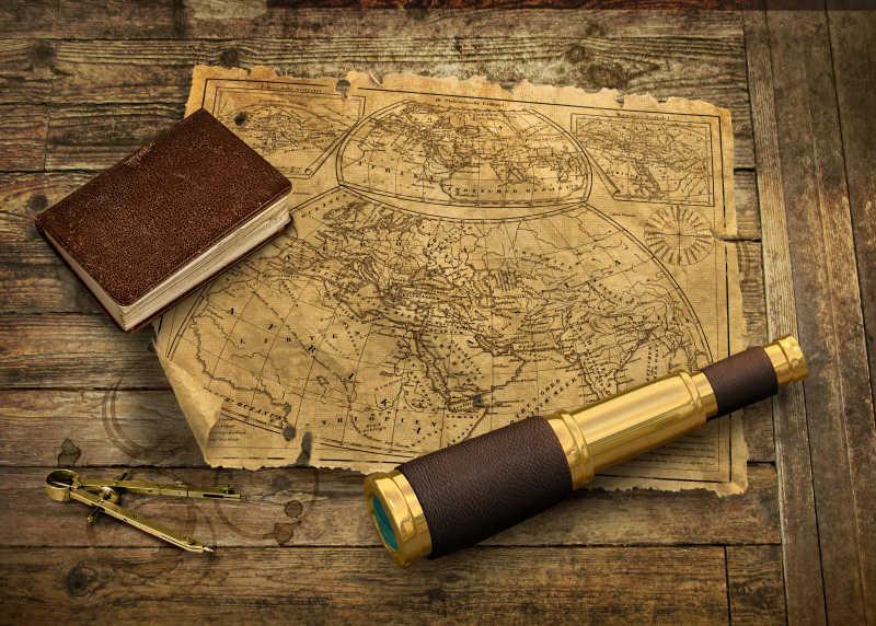 带望远镜的旧世界地图