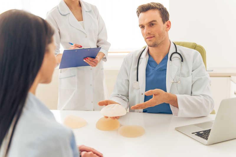 正在和医生讨论隆胸整形的女人