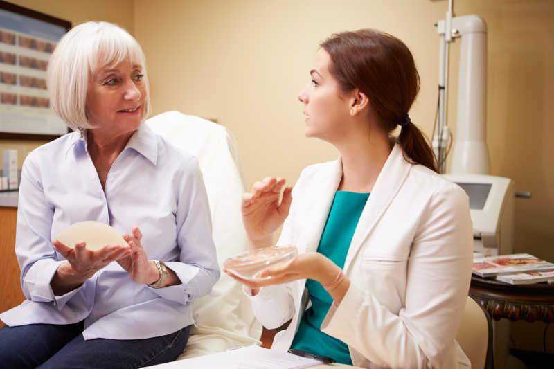 整形外科医生和病人讨论隆胸手术