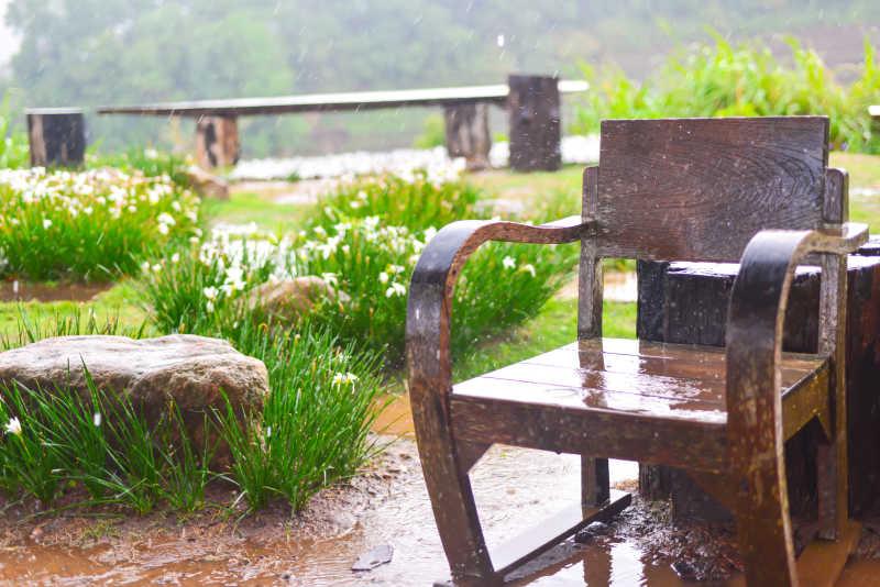 雨后的座椅和走廊